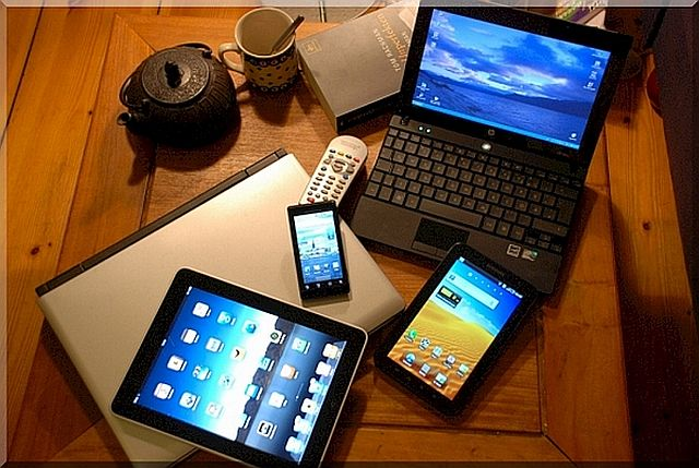 tablet-smartphone-netbook-notebook-couchsurfer-2l